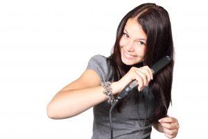 zena zehliaca si vlasy