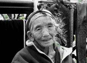 stara zena s vraskami