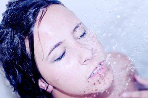 zena s cistou pletou pod vodou